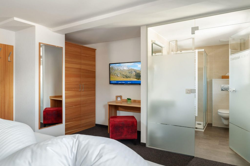 Doppelzimmer mit Blick ins Badezimmer
