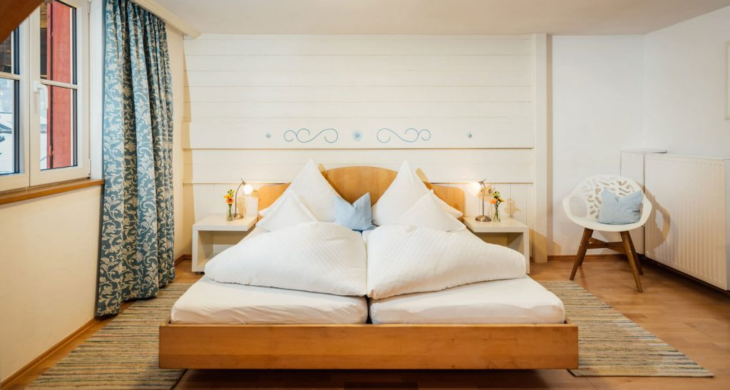 Doppelbett Familienzimmer Bergblick